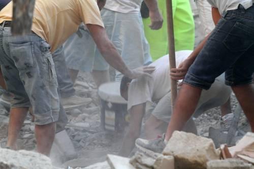 Afragola, crolla casa  Estratti tre corpi  Salvata una bambina
