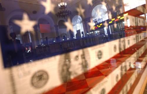 Usa, dollaro in forte crisi:  crolla ai minimi da 15 anni  A picco le Borse asiatiche