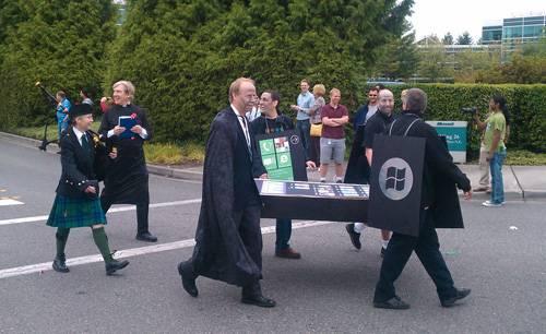 """Microsoft celebra il """"funerale"""" di iPhone e BlackBerry"""