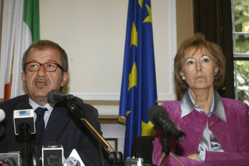 """Emergenza rom, Maroni:  """"A loro no case popolari,  espulsi anche comunitari"""""""