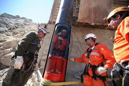 Cile, all'alba di domani  i minatori rivedono la luce  Lite su chi esce per ultimo