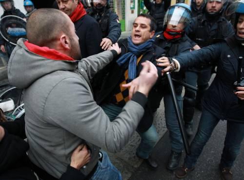 Brescia, blitz sotto la gru  Sgomberato il presidio  Altri scontri con la polizia