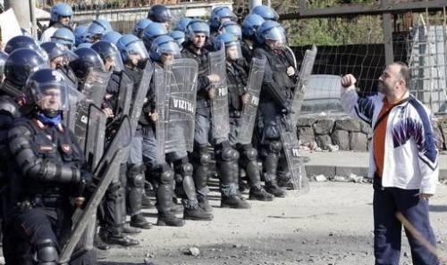 """Rifiuti, bombe a mano trovate vicino a Cava Sari  Il questore: """"Sono un attacco contro di noi"""""""