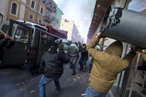 I black bloc a Roma  scatenano la guerriglia  100 feriti e 41 fermati