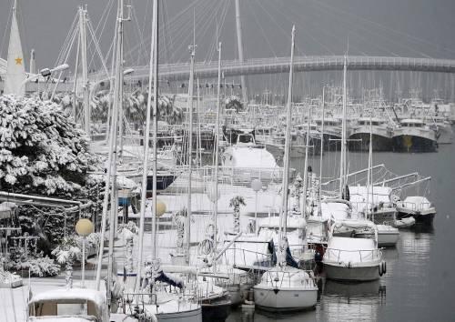 Nevica su tutta l'Italia,  bloccata la A1 a Firenze  Tir si ribalta: un morto