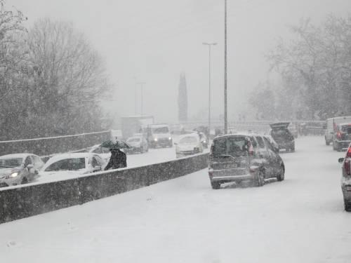 Tutt'Italia sotto la neve:<br /> A1 bloccata da una coda<br /> Vittime, ritardi e disagi