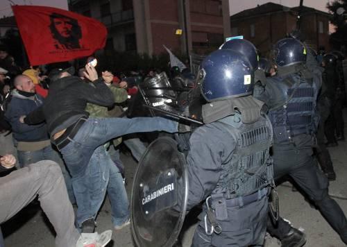 Arcore, guerriglia del popolo viola  Tafferugli con la polizia: 2 arresti