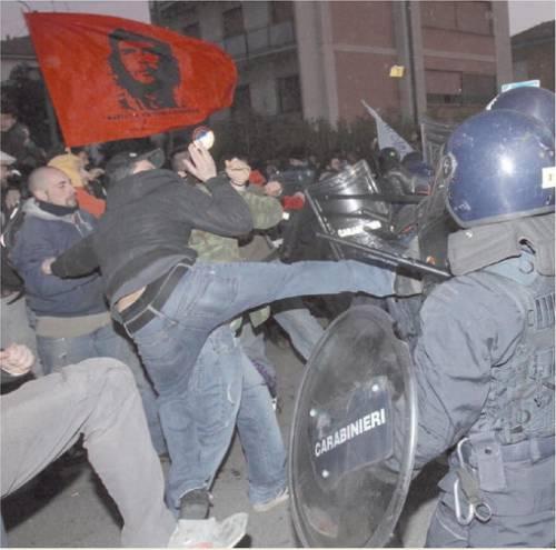 Arcore, gli slogan forcaioli del popolo viola  L'alt di Casini: non vogliamo finire come l'Egitto