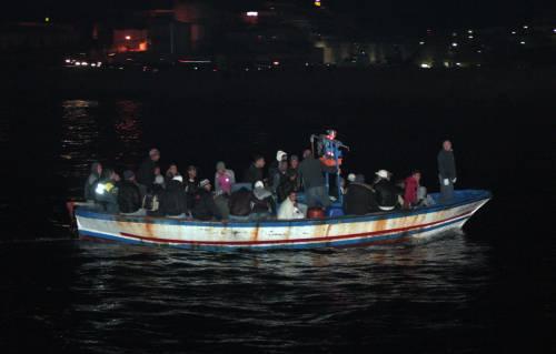 E' allarme a Lampedusa:   riprendono gli sbarchi  Domani vertice con il Cav