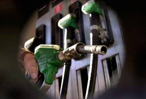 Crisi libica: su il petrolio  Più cari pure i carburanti  Diesel ormai a quota 1,4
