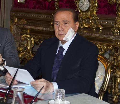 Berlusconi è già a lavoro  Con un cerotto sul viso