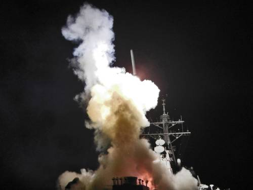 """Raid e missili, Tripoli bombardata  Gheddafi ai libici: """"Armatevi"""""""