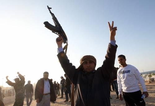 """Il raìs assedia Misurata e bombarda Ajdabiya  I ribelli: """"Dall'inizio della guerra 8mila vittime"""""""