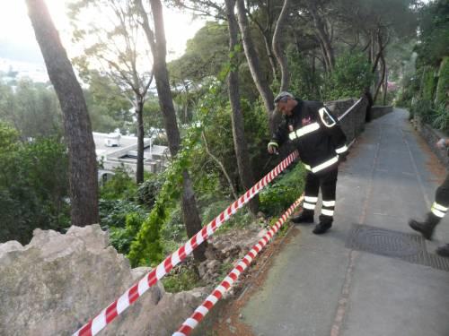 Capri, crolla un parapetto  con vista sui Faraglioni
