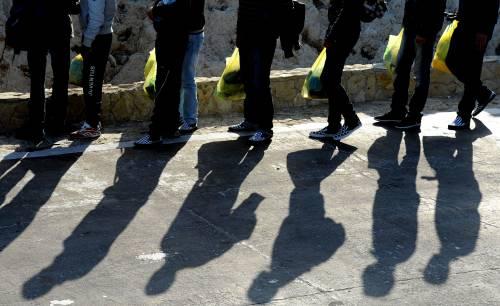 Sarkozy insiste sulla linea dura:<br /> respinti immigrati con pochi soldi