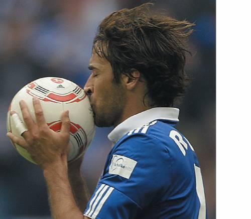 Tutti comodi davanti alla televisione  L'Europa ora c'insegna il vero calcio