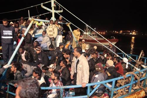 Lampedusa al collasso: 1300 sbarchi  Nella notte tragedia sfiorata in mare