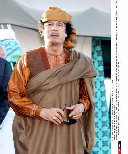 """Gheddafi, i ribelli libici: """"E' fuggito nel deserto""""   E il vescovo di Tripoli conferma: """"Il raìs è vivo"""""""
