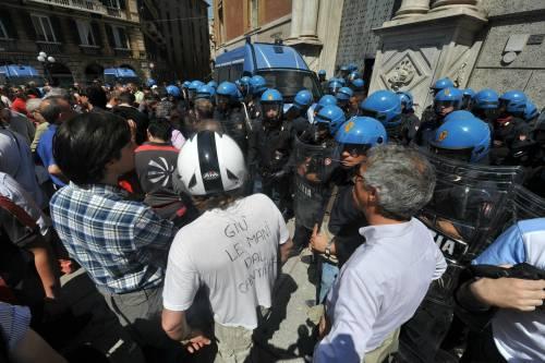 """Fincantieri, ora scoppia la protesta: alcuni feriti   Bruxelles: """"Pronti a fronteggiare l'emergenza"""""""