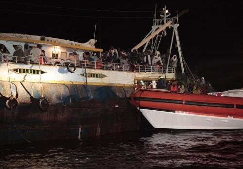 """Immigrazione Maroni contro Malta:  """"Non soccorrono i barconi in avaria"""""""