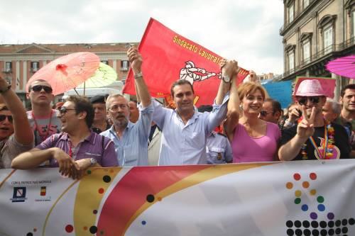 Napoli affonda tra roghi e rifiuti  E De Magistris balla al Gay pride