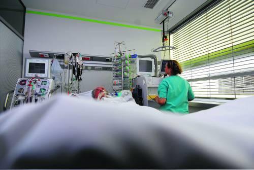 """Bergamo, lei è in coma e l'azienda la licenzia:   """"Ha fatto troppe assenze e intralcia il lavoro"""""""