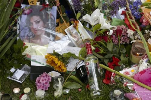 """L'ultima notte senza limiti di Amy Winehouse  I tabloid: """"Un mix di ecstasy e molto alcol"""""""