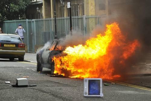 Londra, la rivolta si estende pure a Birmingham  Palazzi in fiamme, auto devastate e saccheggi