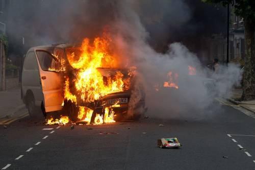 L'Inghilterra tra le fiamme:  morto un 26enne negli scontri