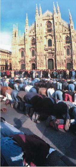 Il prete prega Allah   dentro la chiesa?   Tradisce la sua fede