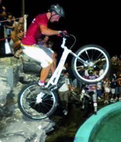 Tra moto e bici inerpicate sugli scogli c'è Miss Trial