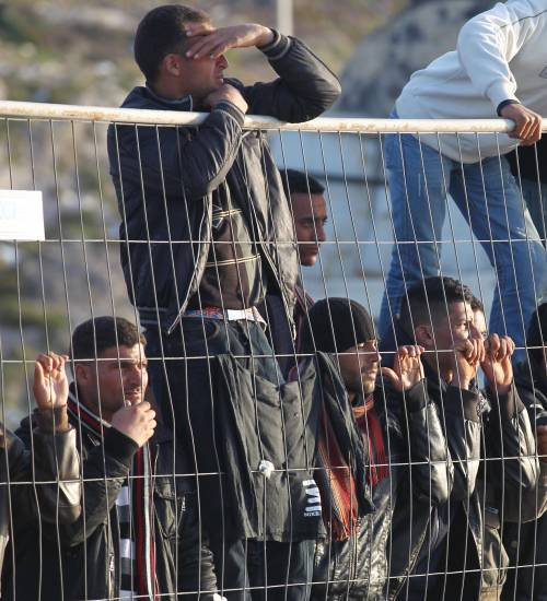 """Guerriglia a Lampedusa:  extracomunitari in rivolta  Il Viminale: """"Ora via tutti"""""""