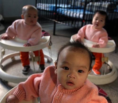 Se ora sono le donne italiane  a far da balia ai bebè stranieri