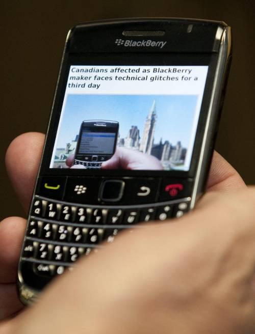 Blackberry racimola un miliardo di dollari. Ma nessuno la compra
