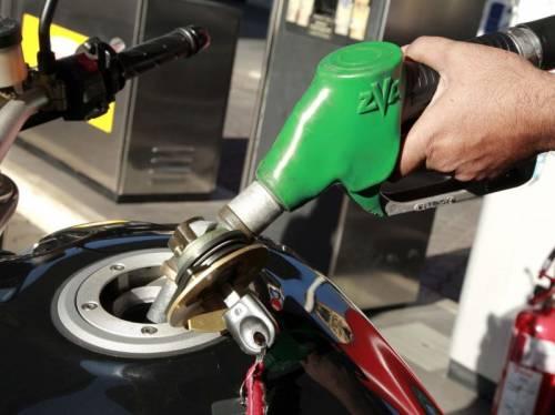"""Benzina a 1,722 euro al litro Coldiretti: """"Il pieno più caro  del cenone di Capodanno"""""""