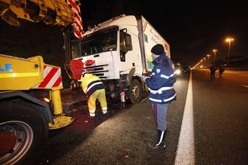Roma, strage sul Raccordo: morti cinque ventenni travolti da un camion frigo