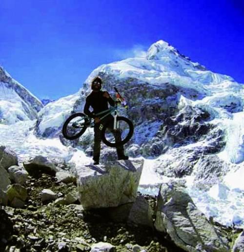 Brumotti in bici dalla Lanterna al Nepal per salire in cima al «Tetto del mondo»