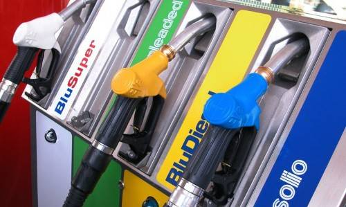 Benzina alle stelle: verde vicina ai 2 euro Fare il pieno low cost