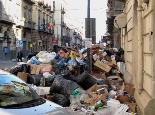 Emergenza rifiuti a Palermo Roghi e cumuli in strada I medici: rischi per la salute