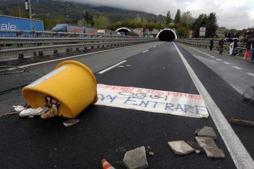 Tornano le proteste No Tav<br />Occupata A32 e statale 24,<br />67enne si incatena alle reti