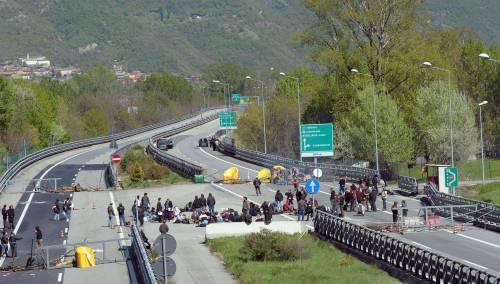 No Tav, dopo quasi un giorno<br />liberata l'autostrada A32<br />Ancora violenza sui cronisti