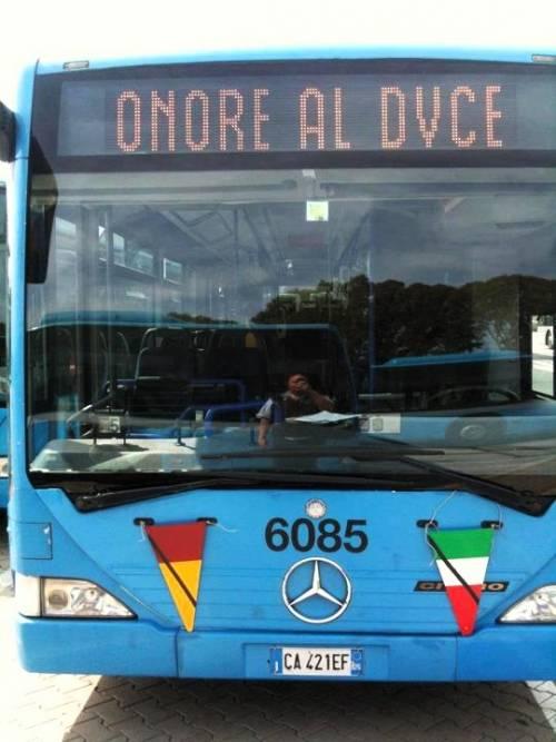 """Sul display dell'autobus la scritta """"Onore al duce"""" L'Atac apre un'indagine"""