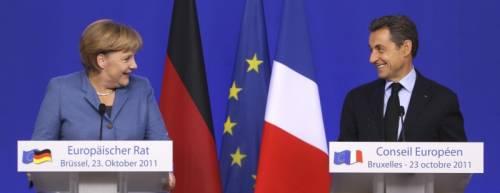 ORA NON RIDE NESSUNO<br />Hollande vince ai ballottaggi<br />e caccia Sarkozy dall'Eliseo