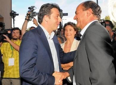 """La sfida di Renzi a Bersani: """"Convochi le primarie"""" E nel Pd scoppia la bufera"""