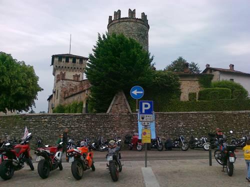 Le MV Agusta e il Castello Visconteo, che spettacolo a Somma Lombardo