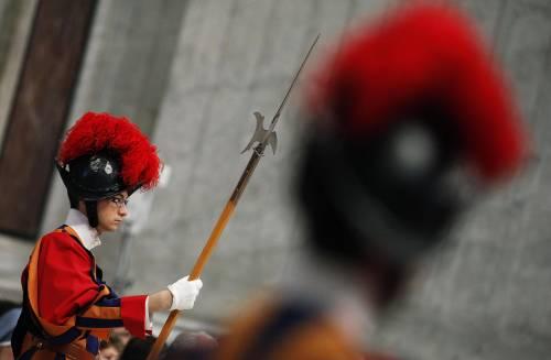"""Vaticano, Lombardi assicura """"Nessun cardinale indagato"""" Il corvo pronto a collaborare"""
