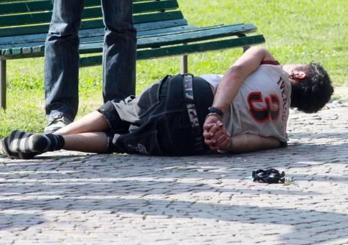 Duello tra clochard nel parco Mamme e bimbi terrorizzati