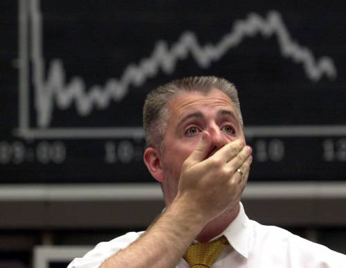 La Bce taglia i tassi Lo spread a 458 punti,  Milano a picco: -3%