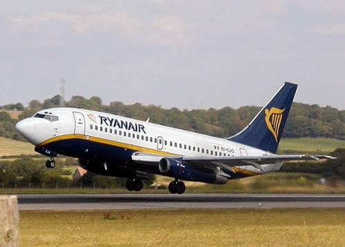 """Ubriachi a bordi, Ryanair fa scalo in Francia per """"sbarazzarsene"""""""