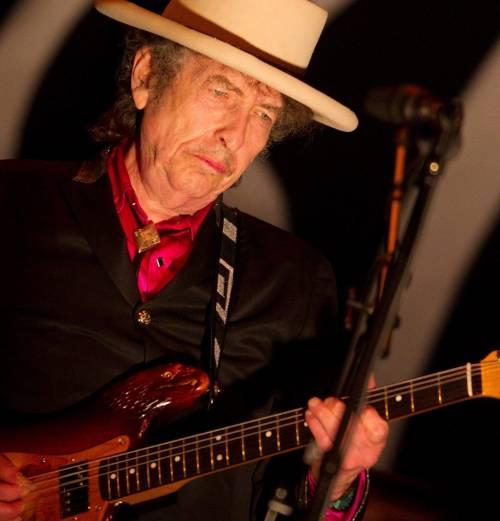 Dylan, il poeta solitario che tutti vogliono arruolare